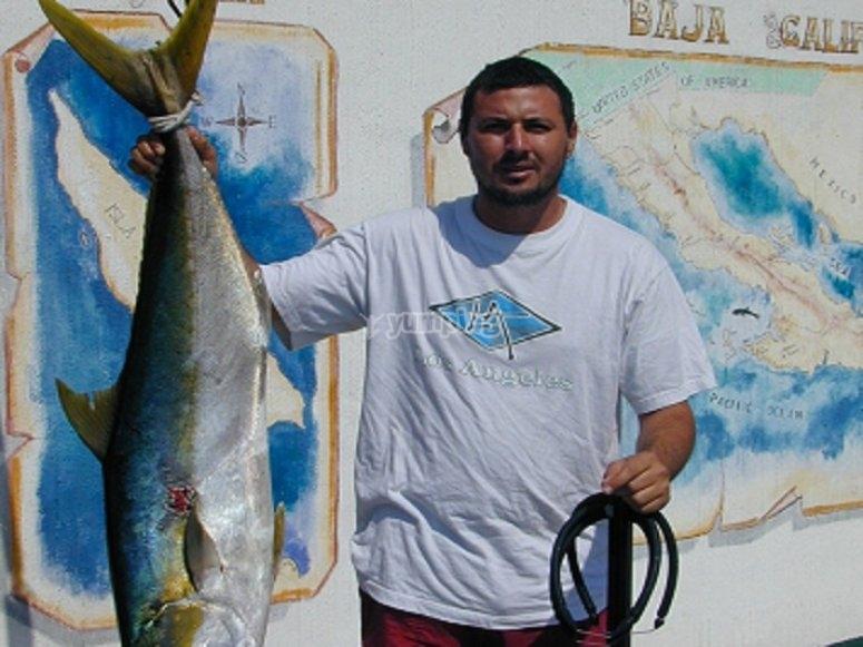 Mostrando el ejemplar de pesca en el puerto
