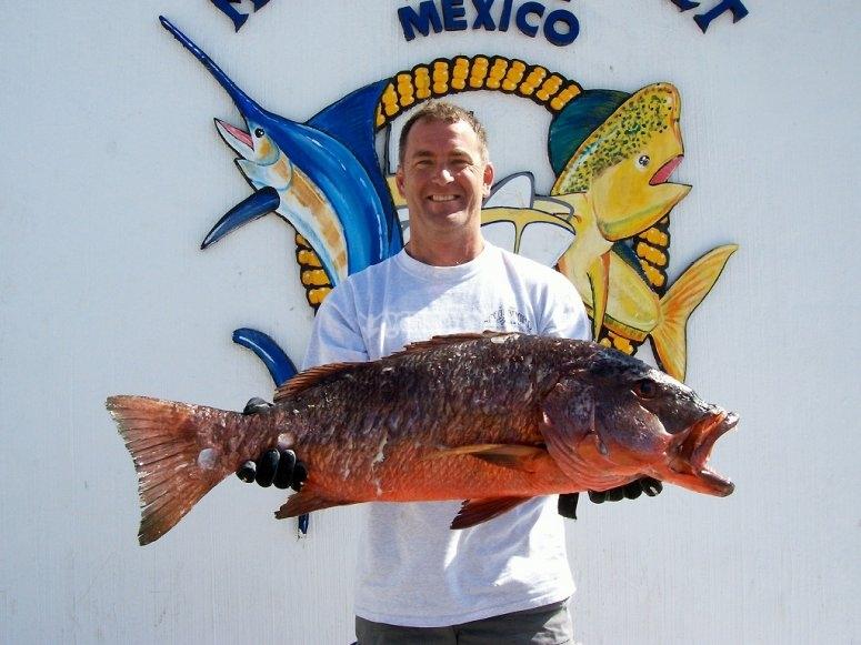 Mostrando el pez en el puerto