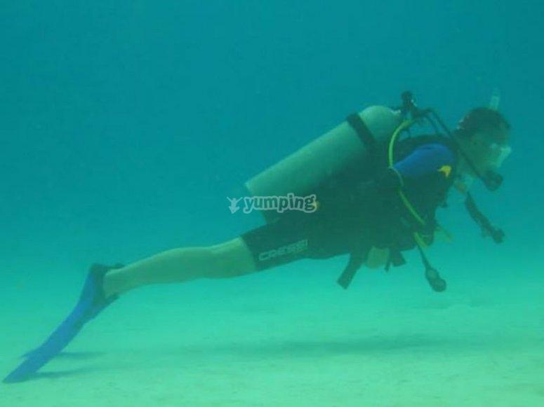 Bucea en las aguas azul turquesa de la Riviera Maya