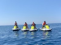 Disfruta de navegar en tu moto de agua junto con tus amigos