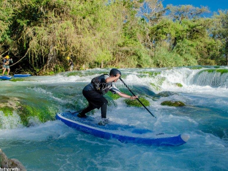 Desafía los rápidos del río con tabla de paddle