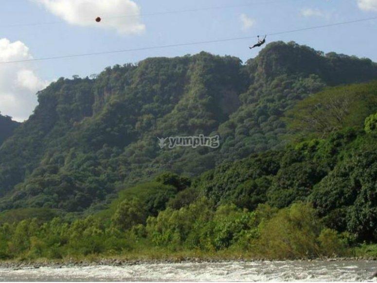 Espectaculares vistas del Río Antigua desde la tirolesa