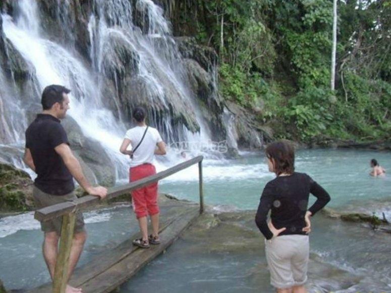 Cruzando las Cascadas de Villa Luz