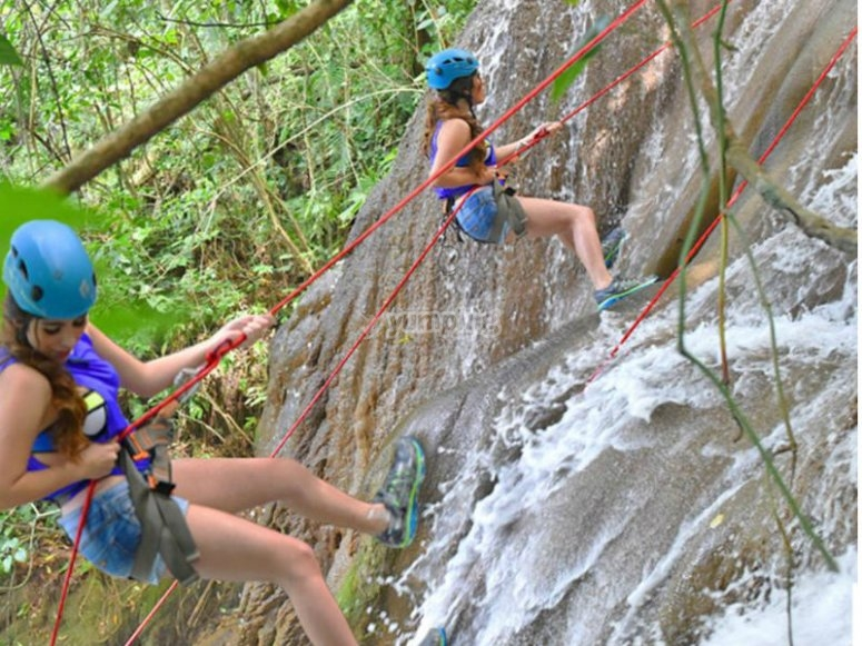 Live the adventure of descending a waterfall rappelling