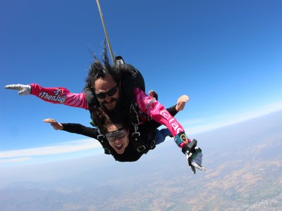 Tandem jump with hand video in Teques 17,000 ft