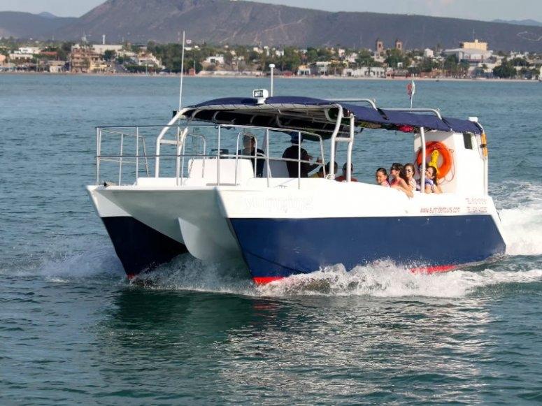 El catamarán que los llevará  la isla
