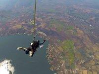 Salto en paracaídas sobre el lago