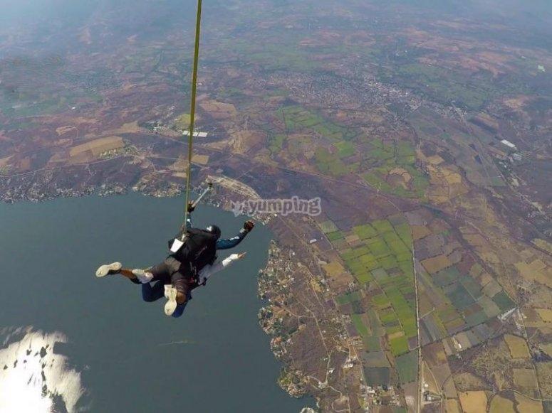 Salto en paracaidas sobre el lago
