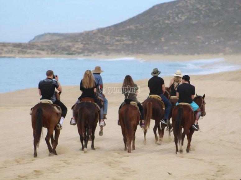 Increíble cabalgata por las dunas y el mar de fondo