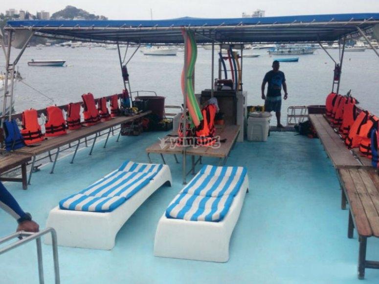 Nuestro catamarán perfectamente acondicionado para el paseo