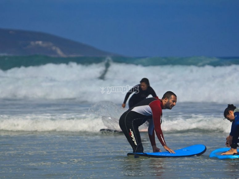 Nuestros instructores te enseñarán los principios básicos del surf