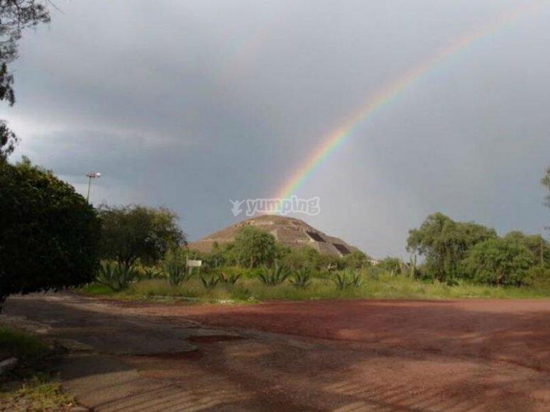 Pirámide con arcoiris