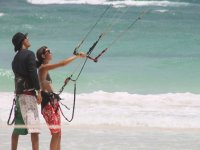 Nuestros instructores enseñando kitesurf en Tulum