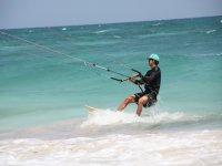 Aprende a navegar sobre la tabla de kitesurf