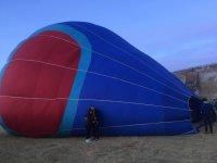 Pareja con el globo antes del despegue