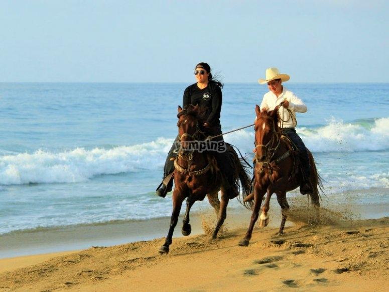 Cabalgata por la orilla de la playa