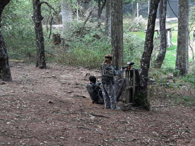 Campo de batalla en medio del bosque