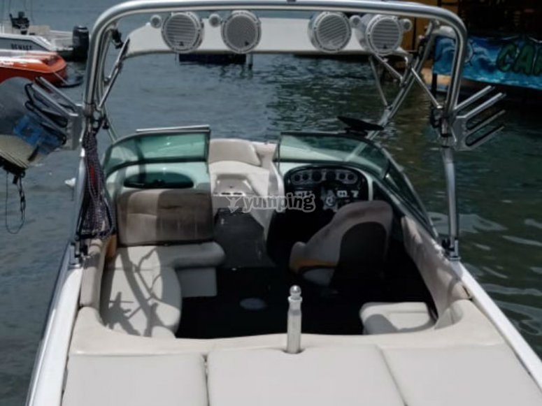 Enjoy a walk around the lake with your friends in this comfortable boat