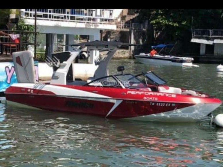 Malibu boat for 10 people