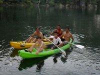 Remando en kayak.