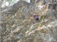 Escalando en un muro alto