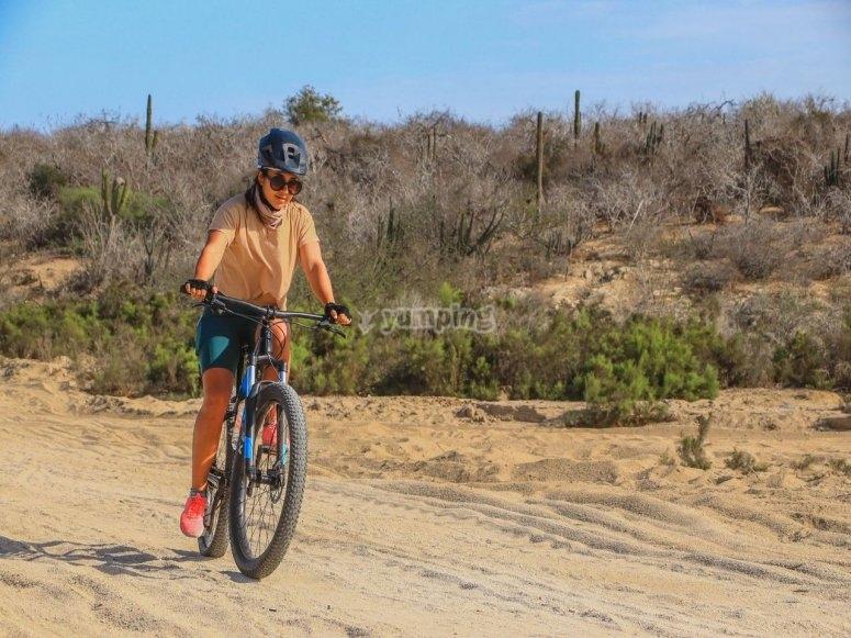 Ciclista en el desierto