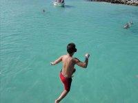 Desde el barco saltando para hacer snorkel