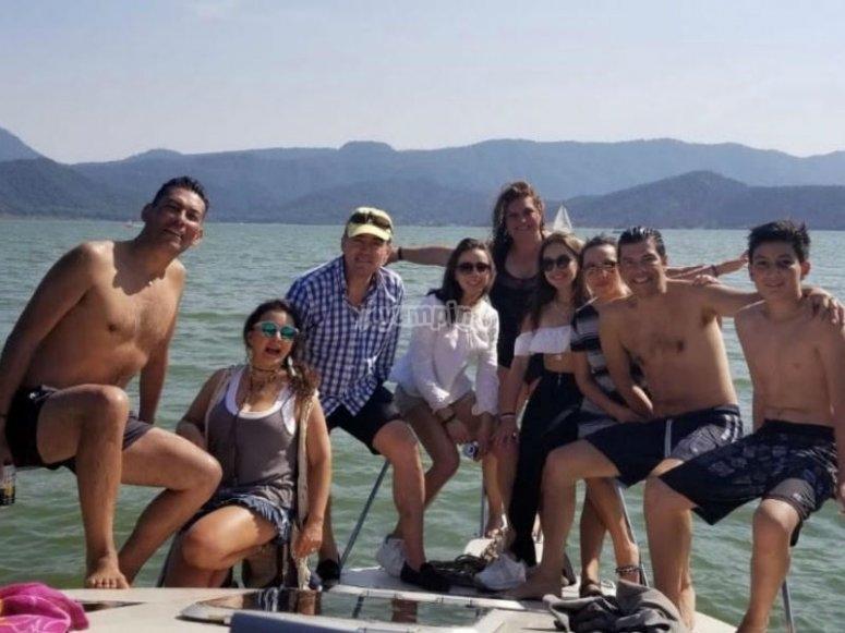 Navega por las aguas de Ixtapa con los tuyos