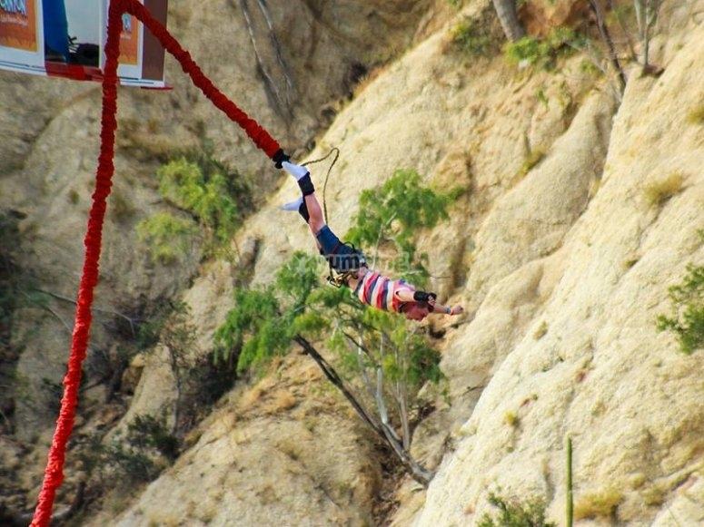 Impresionante caída libre con tu salto de bungee