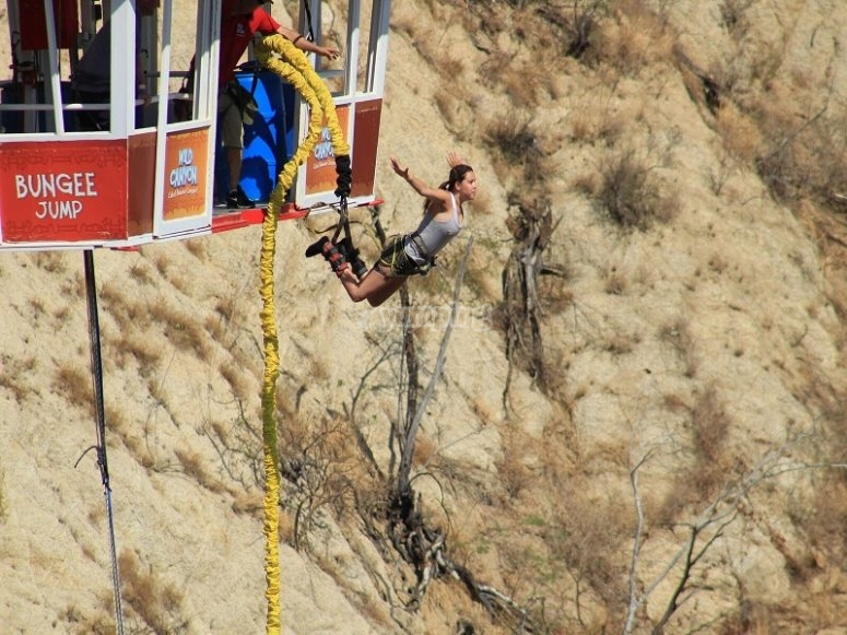 Mágica experiencia de salto en bungee