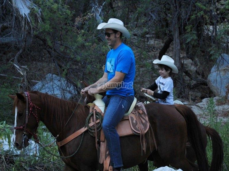 Ruta a caballo en familia