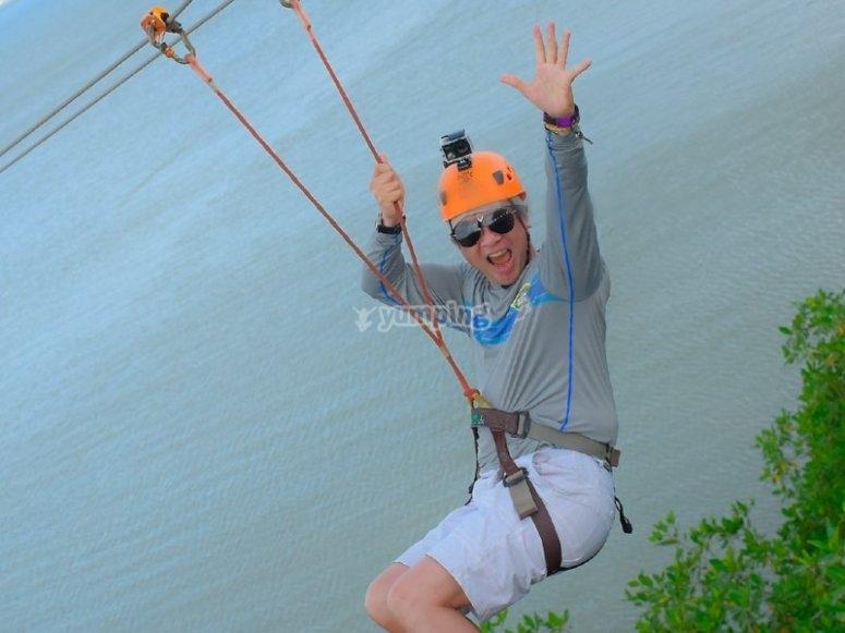 Feliz volando en tirolesa