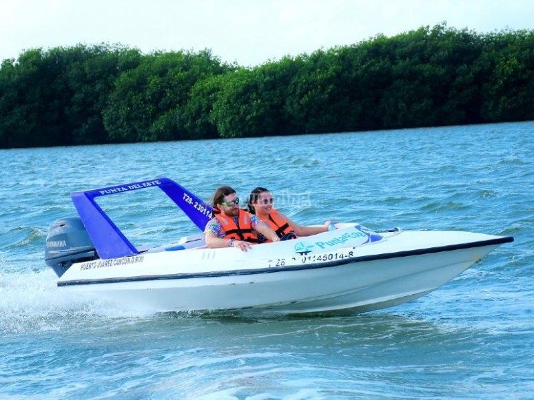 Speed boat en laguna