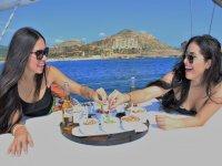 Tomando el aperitivo en el barco