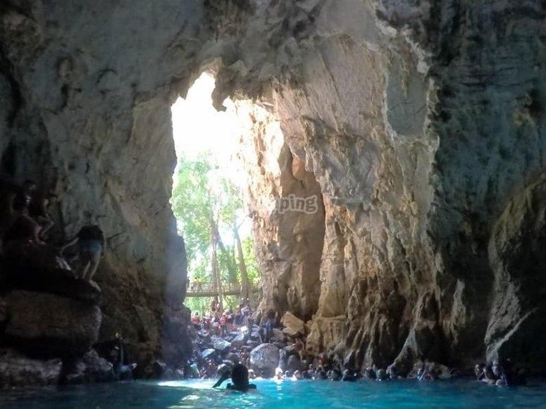 Dentro de la cueva de agua