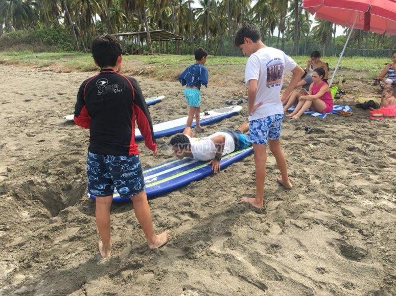 Practica de surf para niños