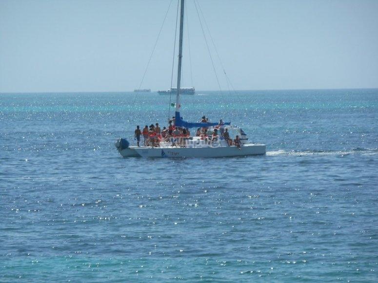 Catamarán rumbo a la isla