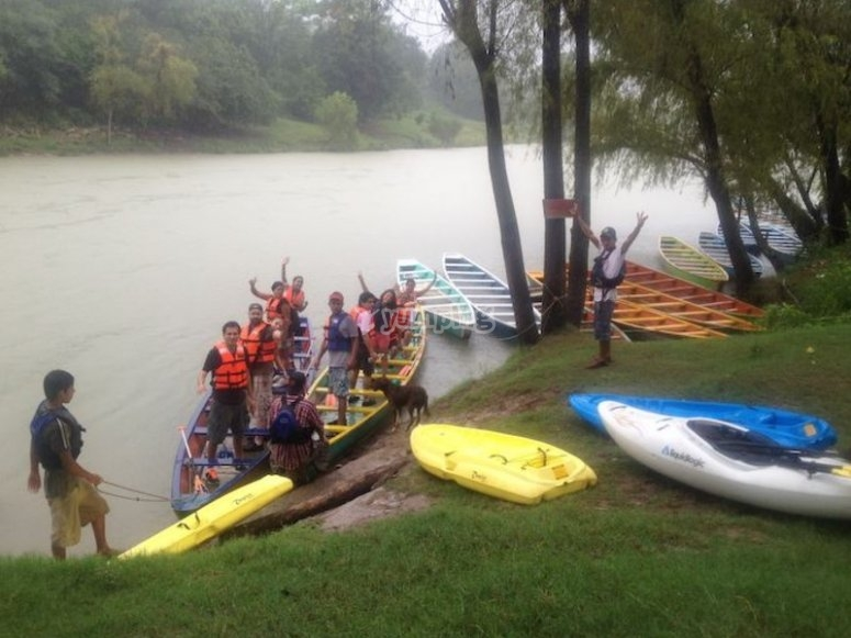 Aventura en kayak en el río