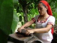 Moliendo a mano el cacao