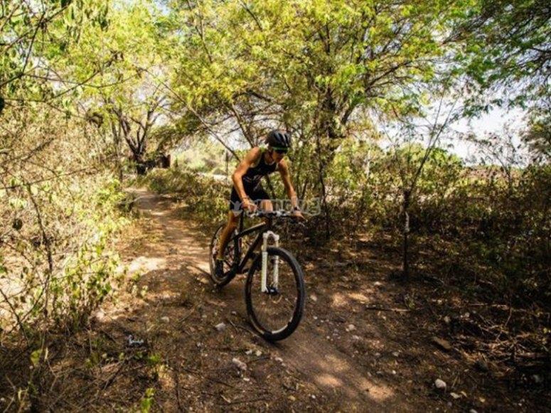 Trae tu bici y aprende a pedalear sobre las montañas y caminos rocosos
