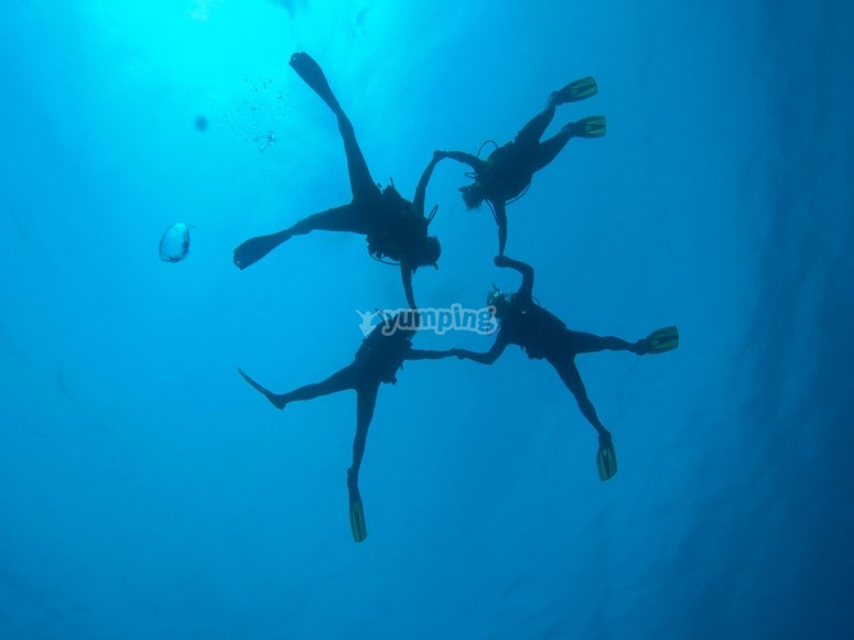 Alumnos de buceo durante la inmersión