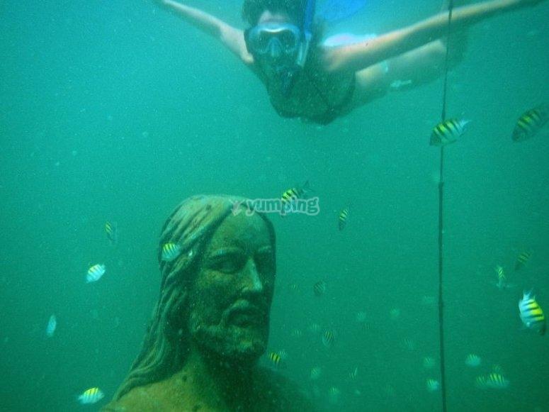 Nado en mar de Ixtapa con Cristo de 5 metros
