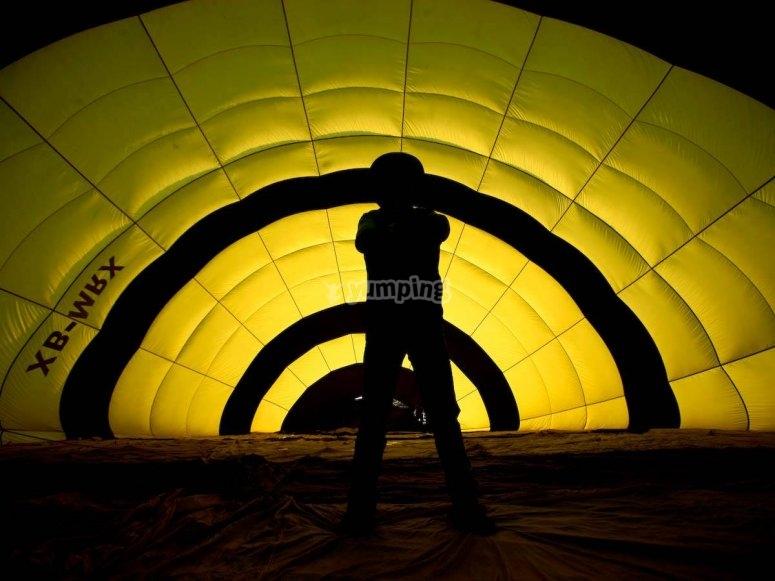 Dentro del globo durante el desinflado