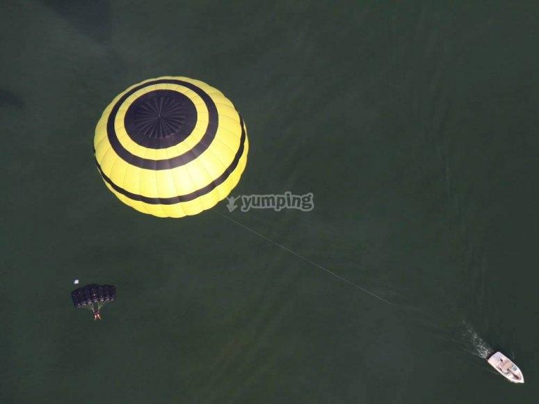 Globo aerostatico volando sobre el lago