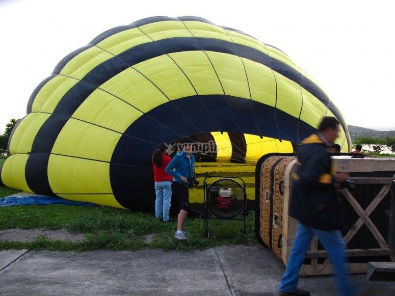 Preparativos para el vuelo en globo