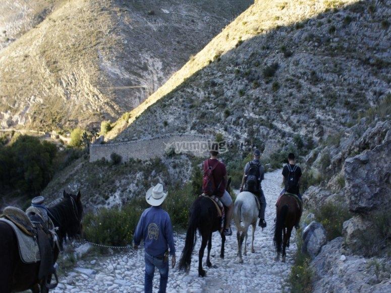 Montando a caballo con guías
