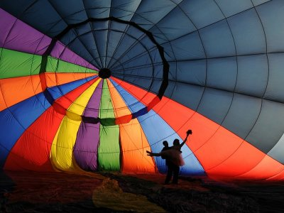 Couple balloon flight and bouquet of roses in Huasca