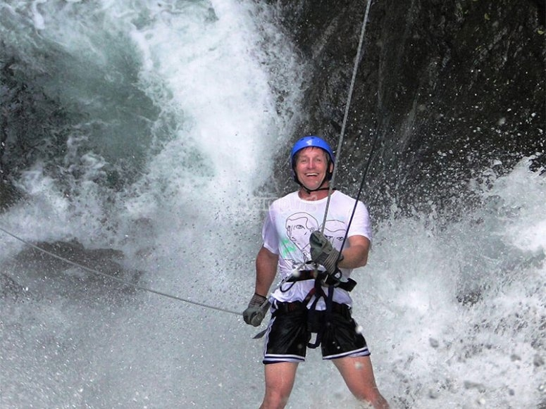 Live the experience at the limit of descending in Rappel