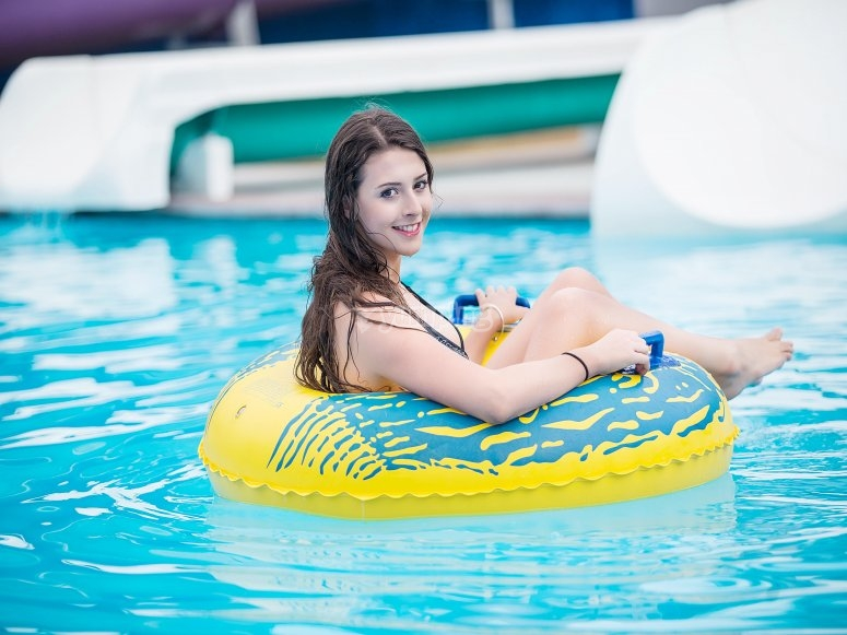 flota en el agua
