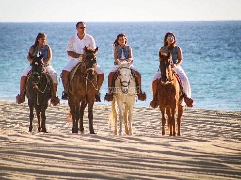 Cabalgata en grupo en Baja California Sur